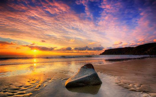 Обои Красивый закат на небе, на фоне моря и гор