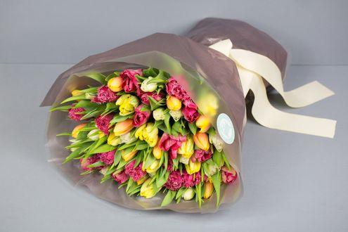 Обои Букет разноцветных и разносортных тюльпанов в обертке перевязанный лентой