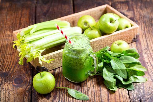 Обои Кружка со свежевыжатым соком яблок, шпината и сельдерея