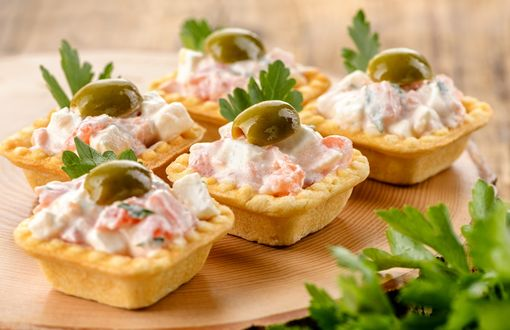 Обои Тарталетки с салатом и оливками