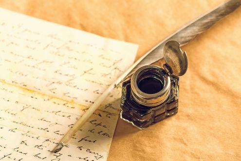 Обои Чернильница рядом с пером и письмом