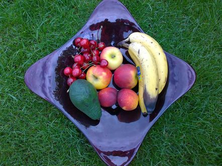 Обои Тарелка с фруктами и ягодами на траве