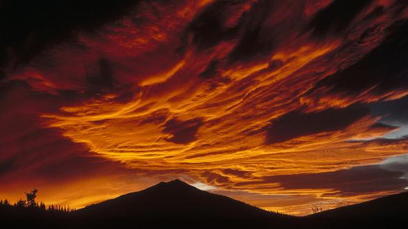 Обои Чернеющие горы на фоне багряного неба, Аляска