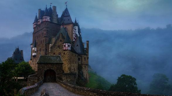 Обои Дорога, ведущая к старинному замку Эльц - замок близ Виршема, позади сгущается тумаз
