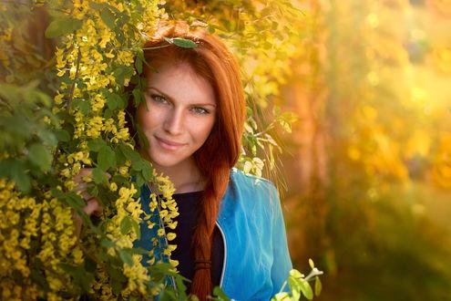Обои Улыбающаяся красивая рыжеволосая девушка у веток цветущего дерева. Фотограф Таня Маркова