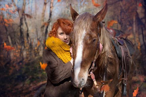 Обои Рыжеволосая девушка стоит рядом с лошадью на размытом осеннем фоне. Фотограф Таня Маркова