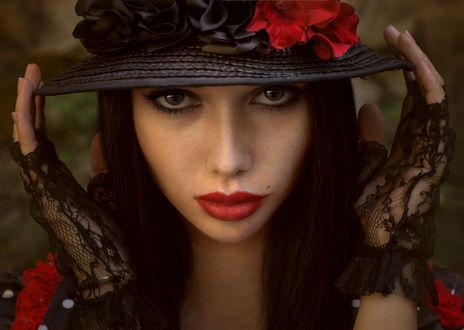 Обои Портрет темноволосой девушки в шляпке украшенной цветами. Фотограф Таня Маркова