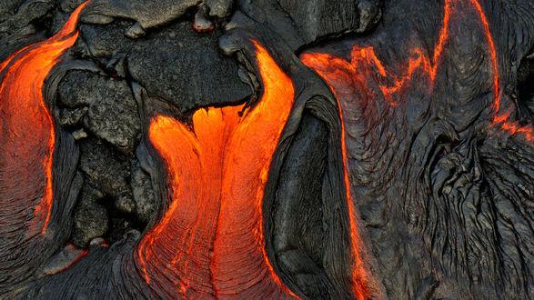 Обои Раскаленная лава стекает вниз по скале