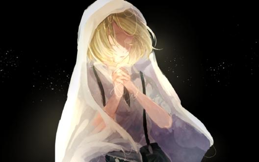 Обои Светловолосый мальчик с закрытыми глазами в белой накидке
