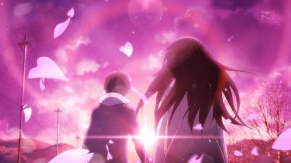 Обои Хотаро Орэки / Houtarou Oreki и Эру Читанда / Eru Chitanda из аниме Хека / Hyouka с летящими по ветру лепестками сакуры на фоне розового неба в лучах солнца