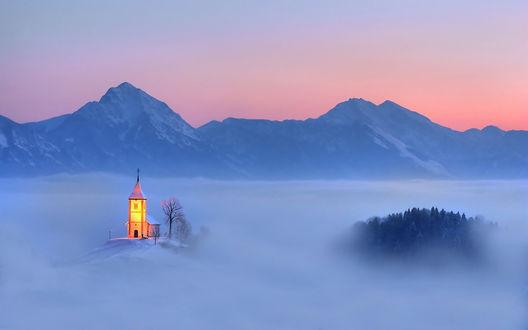 Обои Церковь в поселении Ямник, Словения с видом на горный пейзаж