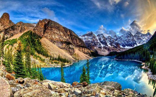 Обои Удивительно красивый горный пейзаж с голубым озером