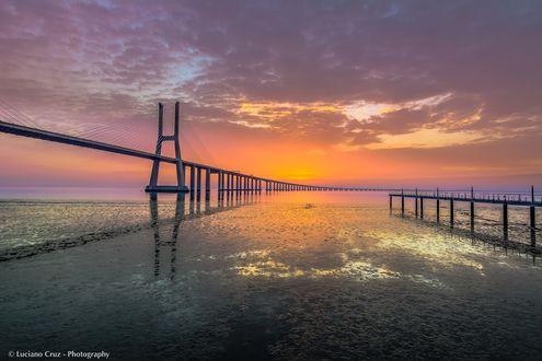 Обои Мост на фоне красивого заката в небе, by Luciano Cruz
