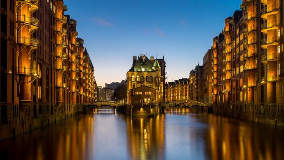 Обои Мосты в Шпайхерштадт — крупнейший в мире складской район, в котором все здания возведены на деревянных фундаментах глубокого заложения, в данном случае — на дубовых бревнах. Расположен в гавани города Гамбург; общая протяженность составляет 1, 5 км