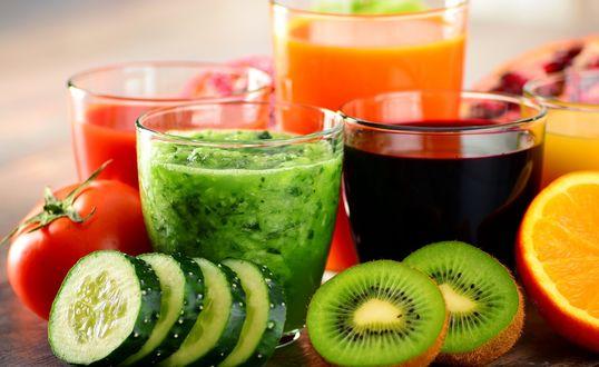 Обои Фруктовые свежевыжатые соки на столе в окружении фруктов и овощей
