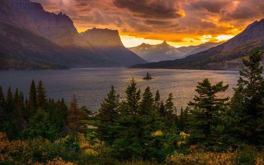Обои Озеро Saint Mary / Святой Мэри на закате, окруженное горами и хвойными лесами в национальном парке Glacier, Montana, USA / Глейшер, штат Монтана, США