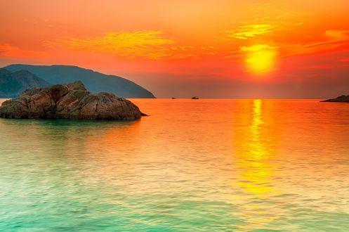 Обои Яркий закат над изумрудного цвета морем
