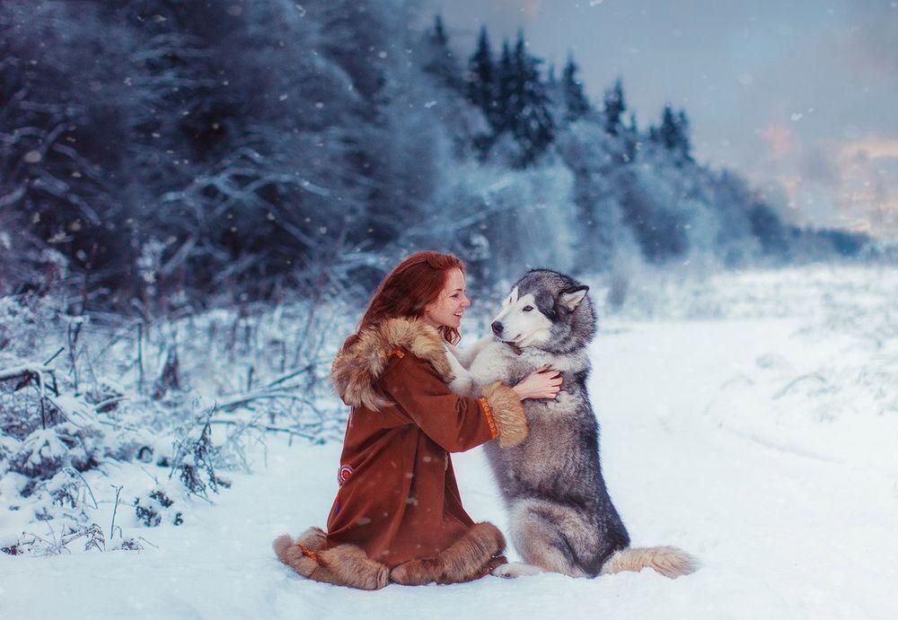 Обои для рабочего стола Модель Оксана Бутовскаяс с собакой на зимнем природном фоне