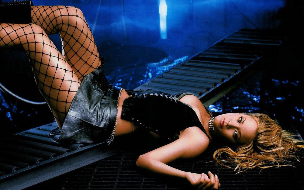 Обои для рабочего стола Американская актриса Кристанна Локен / Kristanna Loken в короткой кожаной юбке, в колготках сеточкой, в корсете со шнуровкой