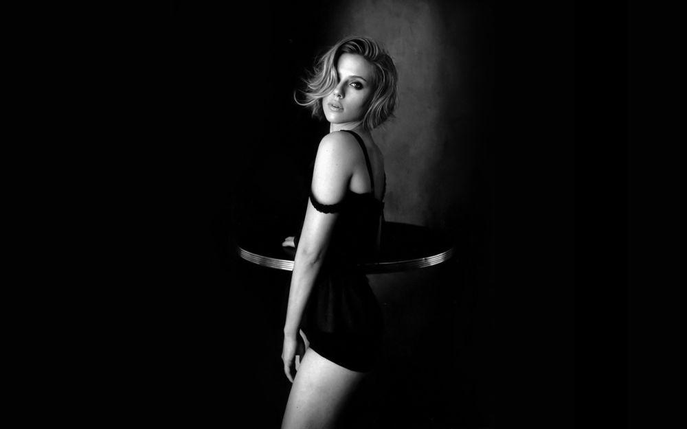 Обои для рабочего стола Американская актриса Скарлетт Йоханссон / Scarlett Johansson в коротком черном платье