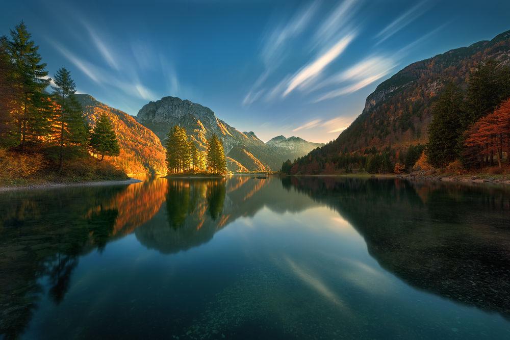 Обои для рабочего стола Красивое озеро в окружении гор и голубым небом с белыми облаками над ним, фотограф Krzysztof Browko