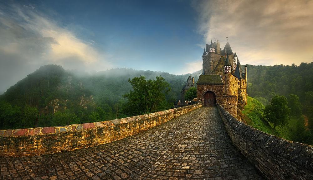 Обои для рабочего стола Дорога, ведушая к старинному замку, фотограф Krzysztof Browko