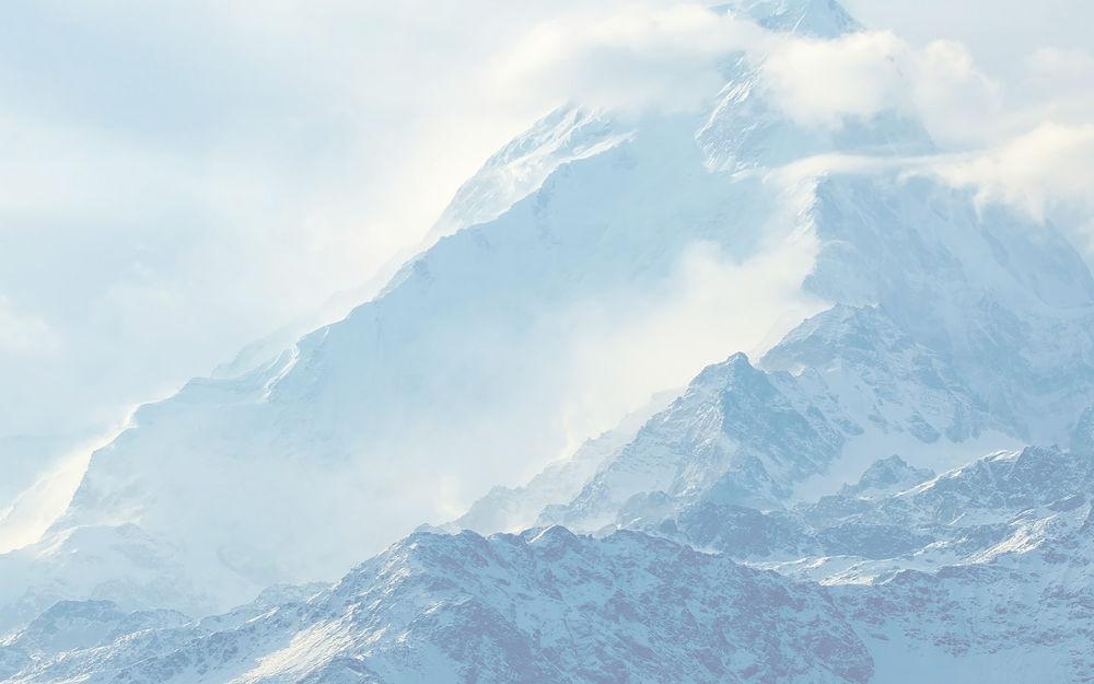 Обои для рабочего стола Горные вершины окутанны облаками