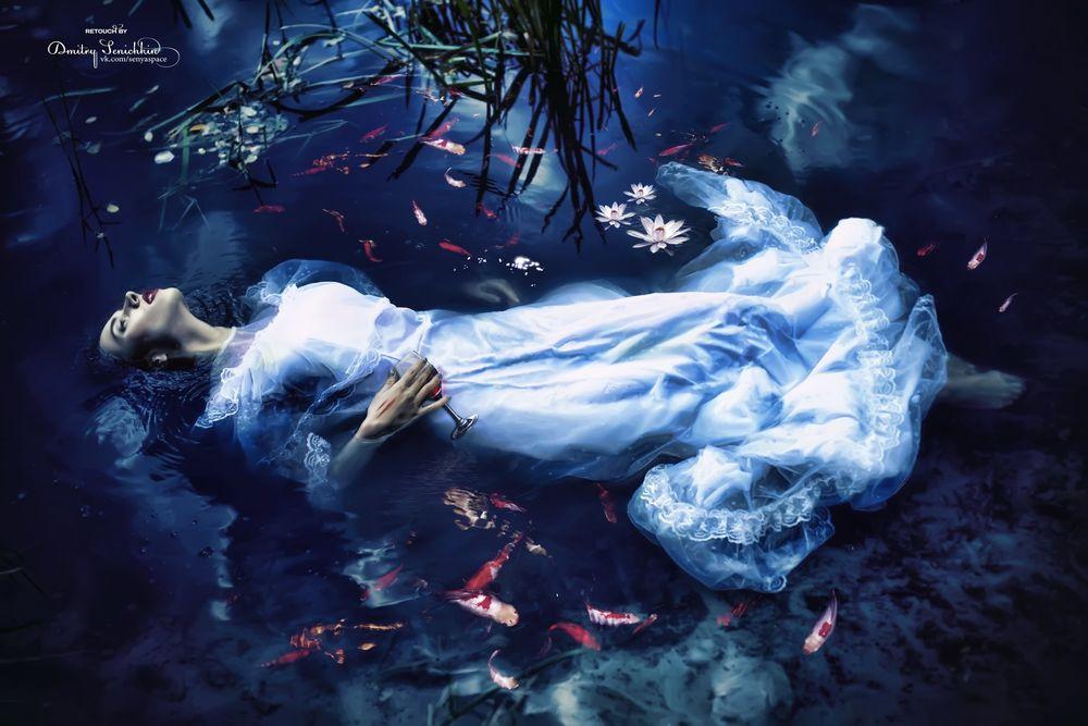 Обои для рабочего стола Девушка лежит в воде, где плавают рыбы, by Dmitry Senichkin