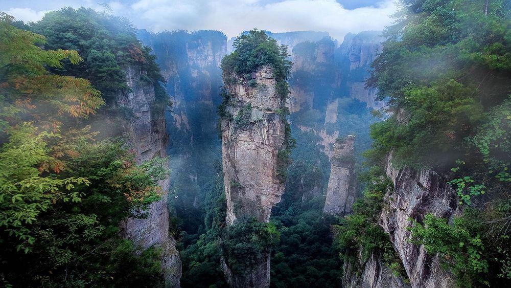 Обои для рабочего стола Горные вершины поросшие лесом, Zhangjiajie National Forest Park, China / Национальный лесной парк Чжанцзяцзе, Китай
