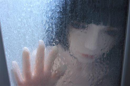 Обои Девушка-кукла держит руку на стекле окна в каплях дождя, фотограф Miah Naka