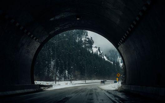 Обои Вид на заснеженную зимнюю дорогу из туннеля