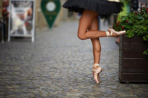 Обои Балерина стоит на одной ножке на дороге, фотограф Akira Enzeru