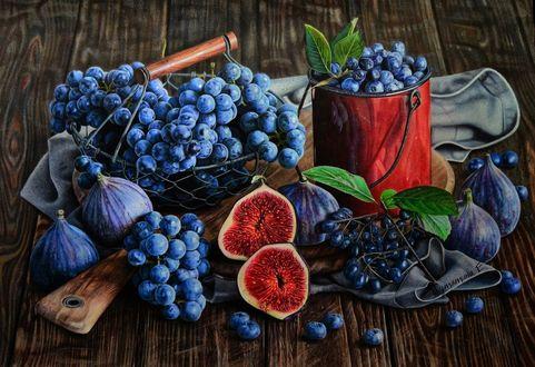 Обои На столе лежит виноград, голубика в чашке, инжир и разделочная доска, by PutyatinaEkaterina