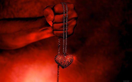 Обои Ожерелье с красным сердцем, на цепочке, в руке