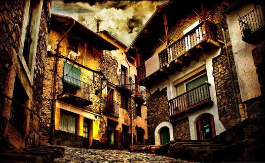 Обои Узкие улочки старинного городка, освещенные солнцем