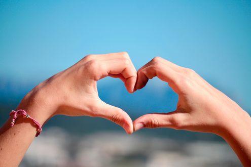Обои Сердце из рук на фоне неба