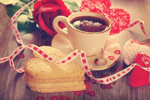 Обои Чашка кофе с печеньем и роза лежат на деревянном столе