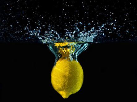 Обои Лимон брошенный в воду
