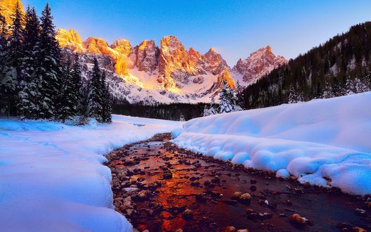 Обои Речка в снегах Доломитовых Альп в Италии
