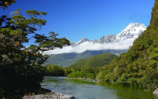 Обои Река Pyke на фоне горного массива Дарран на Южном острове, Новая Зеландия / Darran Mountains, South Island, New Zealand