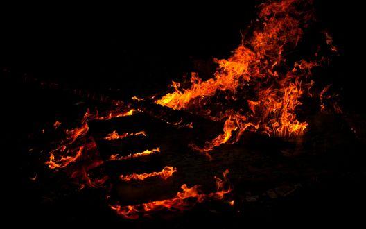 Обои Языки пламени на черном фоне