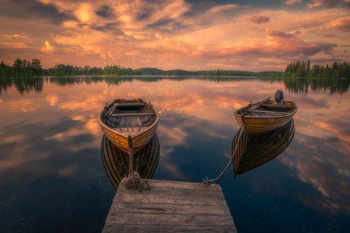Обои Лодки, пришвартованные к мостику и их отражение в воде, фотограф Ole Henrik Skjelstad