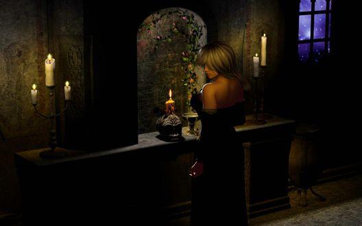 Обои Светловолосая девушка в черном платье стоит в полутьме перед черепом на подставке, рядом зажженные канделябры, в стороне окно, за которым виднеется призрачный синий свет
