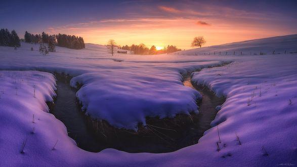 Обои Заснеженный ручей в свете закатного неба