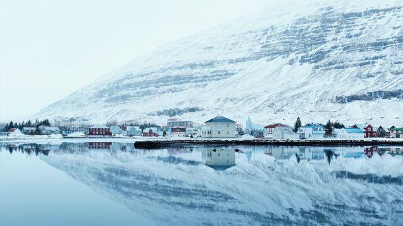 Обои Европейский поселок у озера среди гор