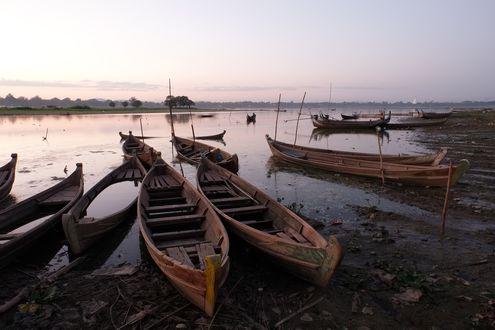 Обои Деревянные лодки на берегу