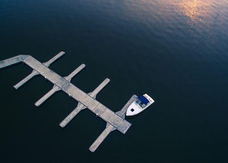 Обои Лодка у пристани, вид сверху