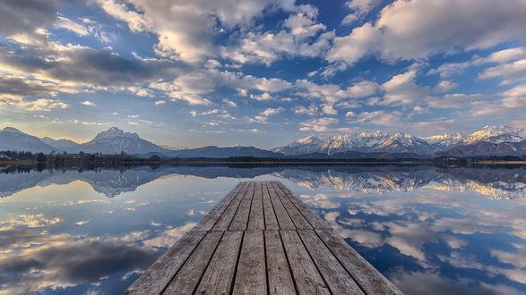 Обои Мостик на зеркально чистом озере, Бавария, Германия