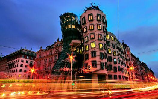 Обои Необычный танцующий дом в Prague, Czech Republic / Прага, Чехия на фоне размытого вечернего освещения