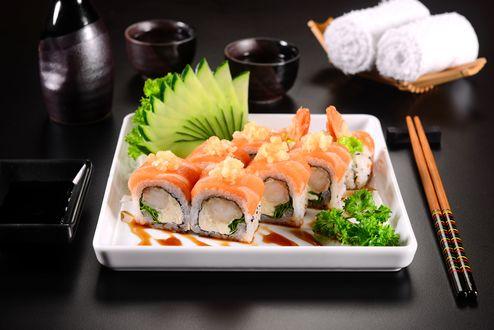 Обои Японская кухня: роллы, огурец, соус и сакэ, рядом палочки для еды